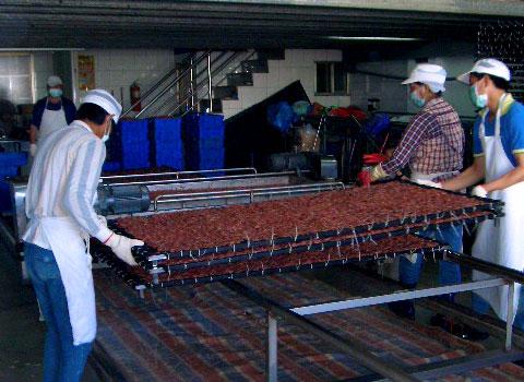 台湾産桜えびをふるいにかける